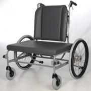 Schwerlastrollstuhl ohne Beinstützen und Armlehnen.